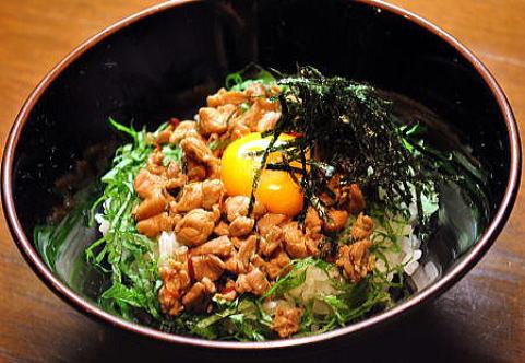 ビリッと煮付けた鶏肉と大葉、のり、濃厚な卵の黄身が絶妙な、 贅沢な卵かけごはんです。